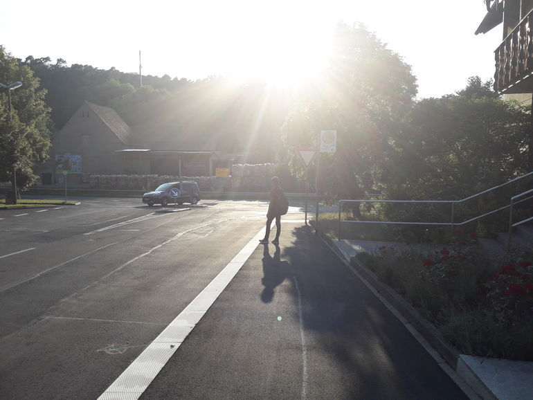 20.00 Uhr: Auf den Bus warten Foto Schüler*in des Projektes ©MiK